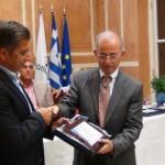 Ο πρόεδρος του ΙΓΕ, κ.Λ.Καζακόπουλος βραβεύει τον δήμαρχο Αμαρουσίου κ. Γ.Πατούλη